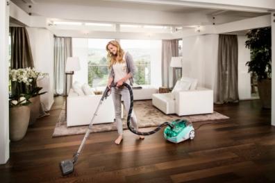 Выполнение уборки с помощью моющего пылесоса